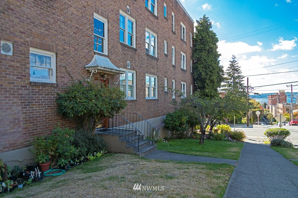 Sold Property | 220 W Olympic Place #309 Seattle, WA 98119 14