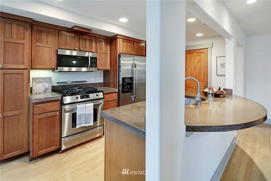 Sold Property   4423 Phinney Avenue N #F Seattle, WA 98103 10