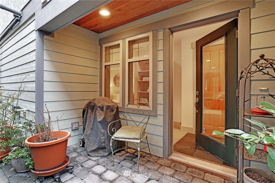 Sold Property   4423 Phinney Avenue N #F Seattle, WA 98103 24