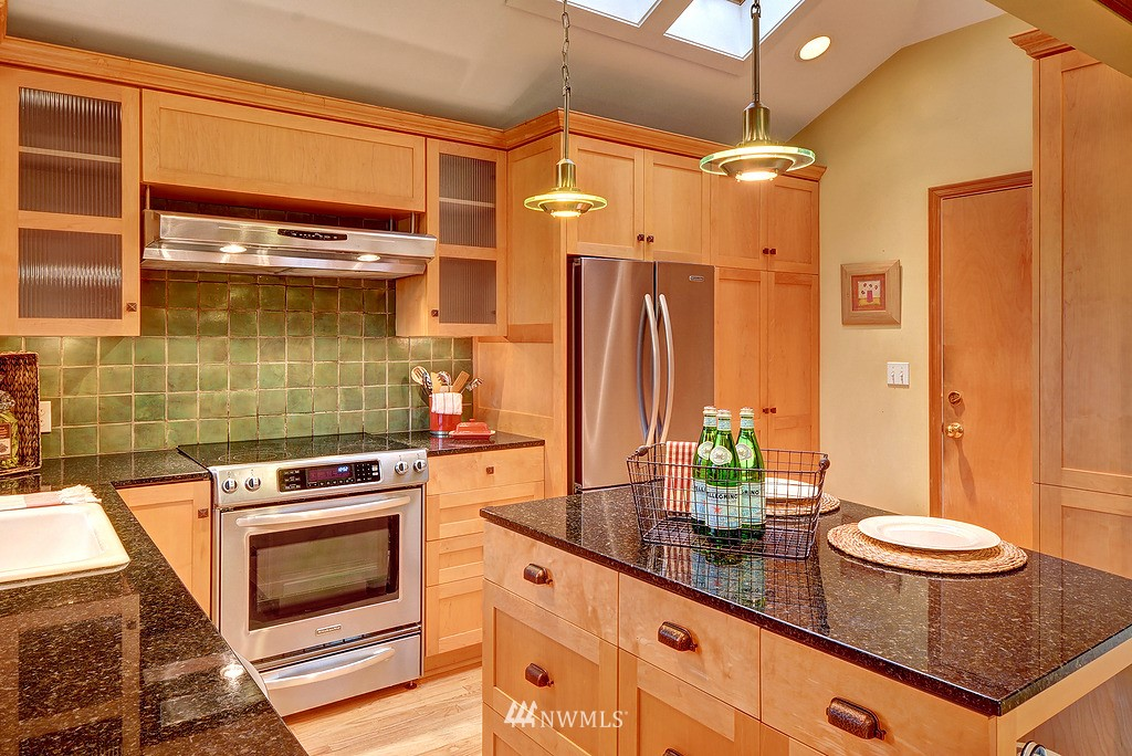 Sold Property | 4519 Stanford Avenue NE Seattle, WA 98105 7