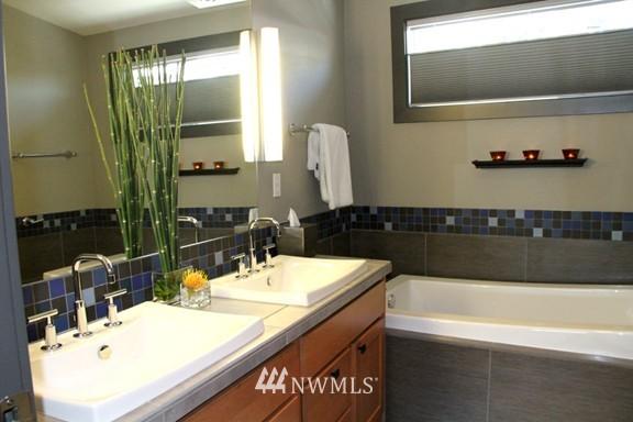 Sold Property | 558 Highland Drive Seattle, WA 98109 18