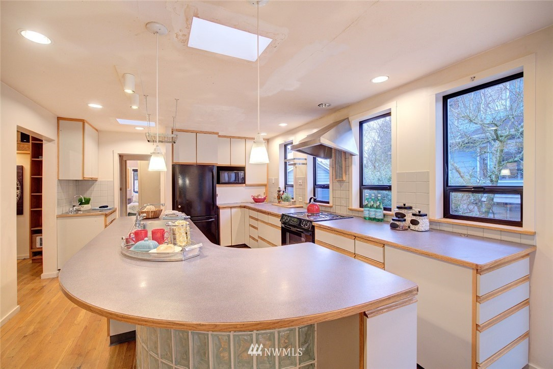 Sold Property | 4207 Burke Avenue N Seattle, WA 98103 10