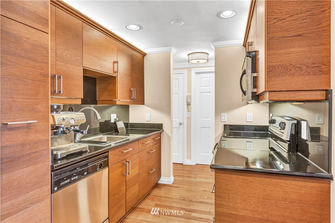 Sold Property | 919 2nd Avenue W #408 Seattle, WA 98119 10