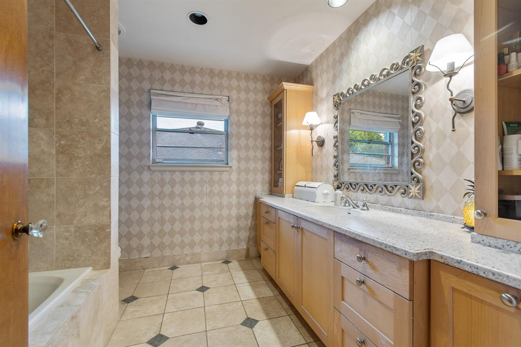 Sold Property   810 W Greenbriar Lane Dallas, Texas 75208 19