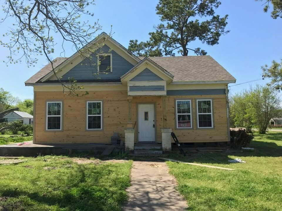 Closed | 200 St. Charles E Weimar, TX 78962 4
