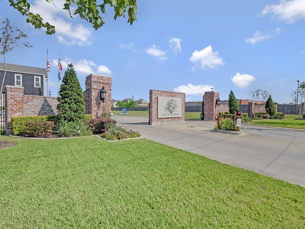 Pending | 5510 Holguin Hollow Street Houston, Texas 77023 10