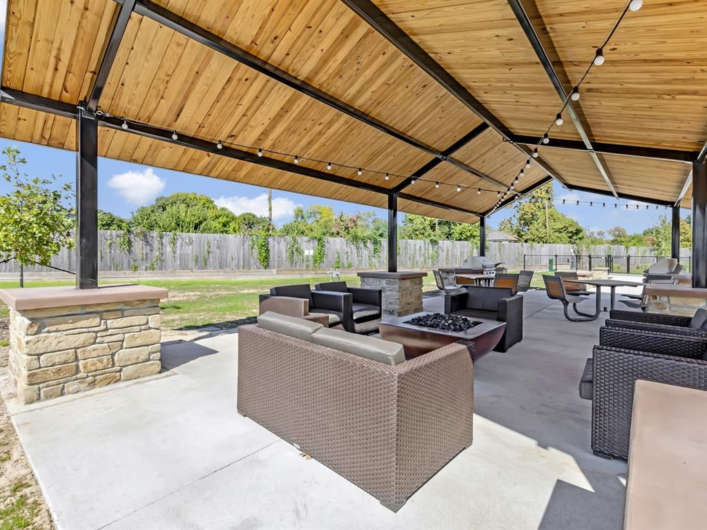 Pending | 5510 Holguin Hollow Street Houston, Texas 77023 20