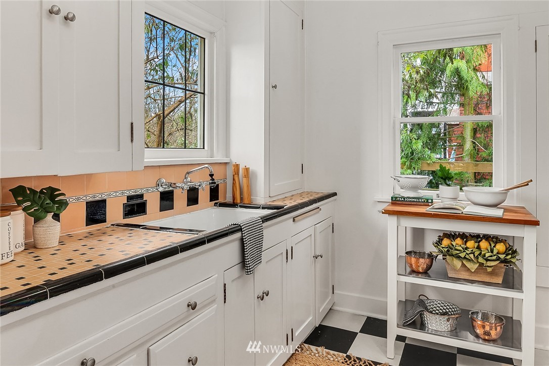 Sold Property | 9018 Phinney Avenue N Seattle, WA 98103 8