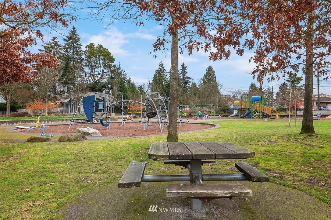 Sold Property | 9018 Phinney Avenue N Seattle, WA 98103 24