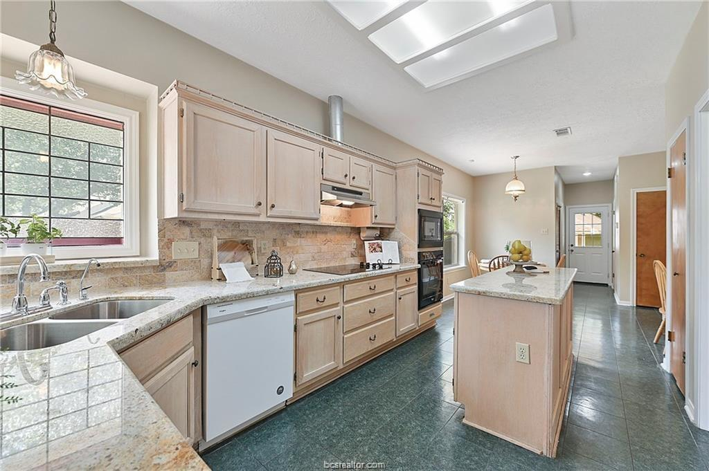Pending | 8716 Bent Tree Drive College Station, TX 77845-5546 9
