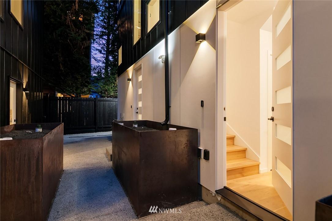 Sold Property   2610 E Yesler Way Seattle, WA 98122 25