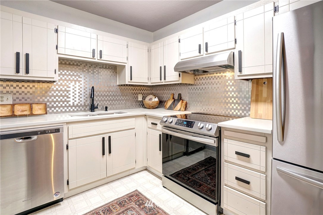 Sold Property | 8747 Phinney Avenue N #3 Seattle, WA 98103 9