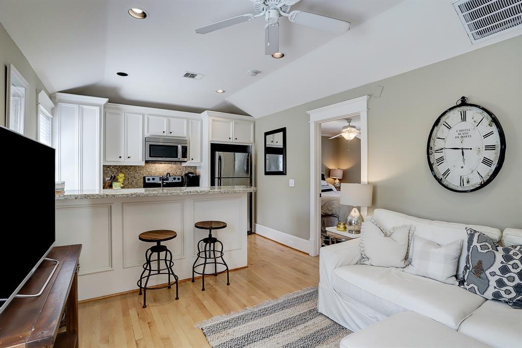 Pending   928 Waverly Street #B Houston, Texas 77008 36