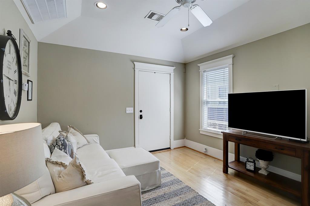 Pending   928 Waverly Street #B Houston, Texas 77008 37