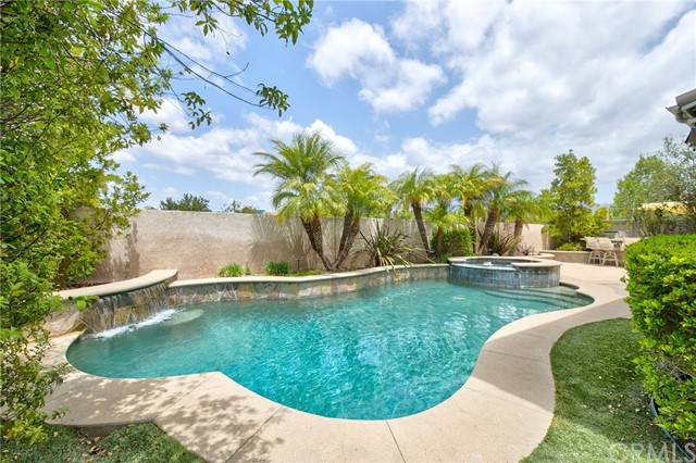 Active Under Contract   41 Teaberry Lane Rancho Santa Margarita, CA 92688 55
