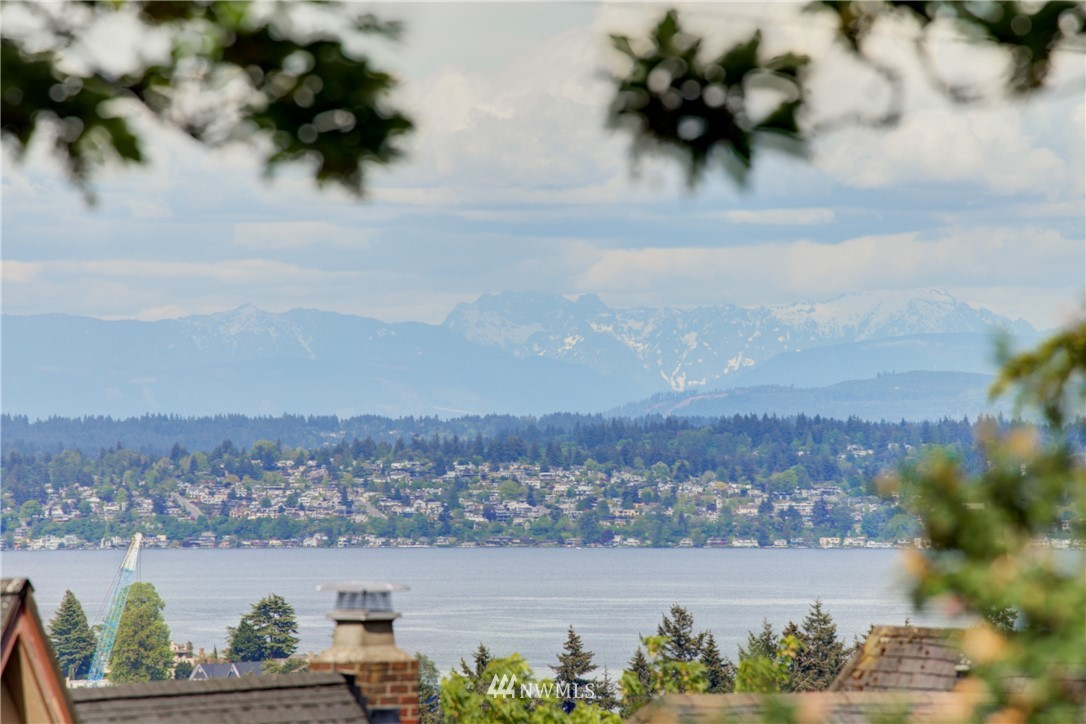 Pending | 2059 E Crescent Drive Seattle, WA 98112 2