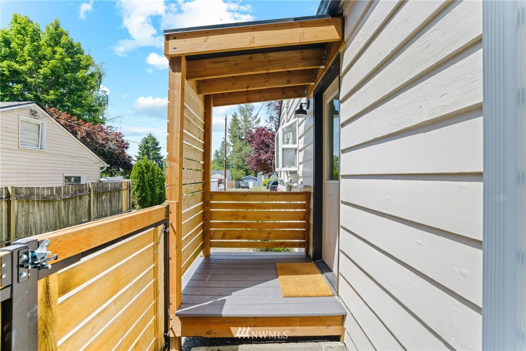 Pending | 11040 14th Avenue NE Seattle, WA 98125 24