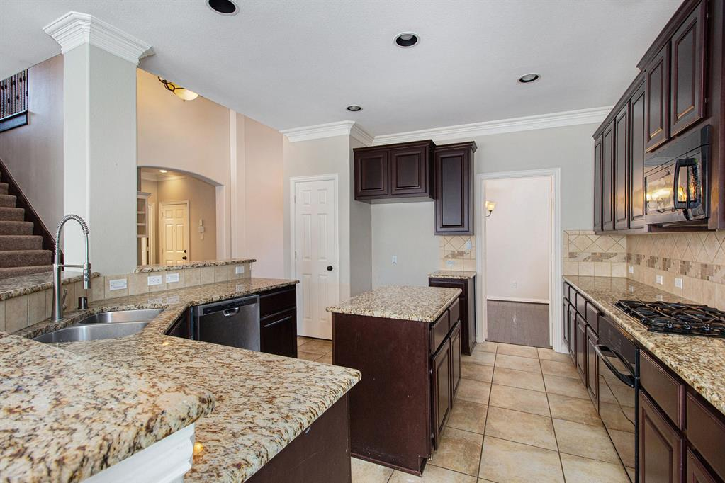 Pending   35 Winhall Place The Woodlands, Texas 77354 10