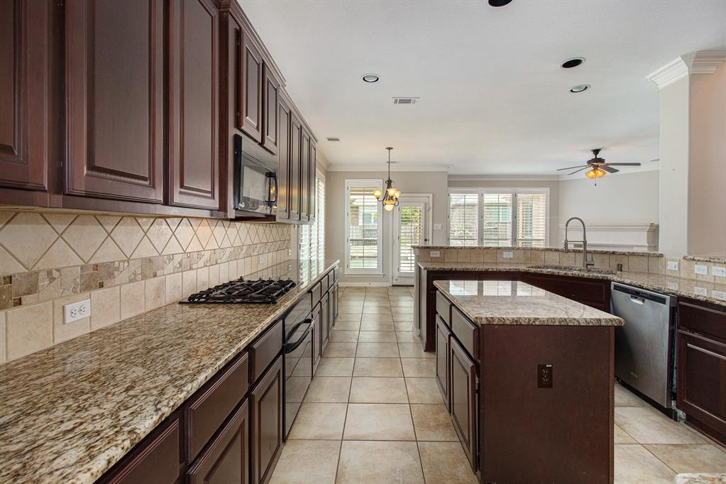 Pending   35 Winhall Place The Woodlands, Texas 77354 11