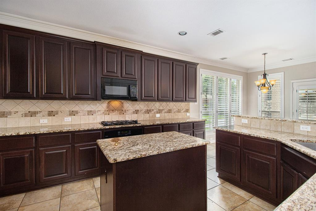 Pending   35 Winhall Place The Woodlands, Texas 77354 12