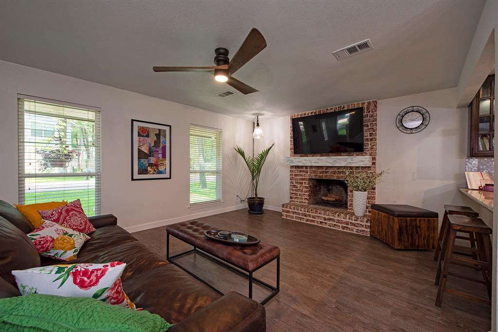 Pending Continue to Show | 2008 E Lacey Oak Circle The Woodlands, Texas 77380 9