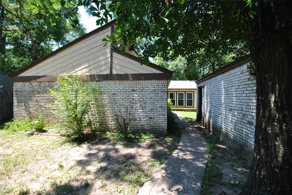 Active | 105 Foster Oaks Drive Conroe, Texas 77301 1