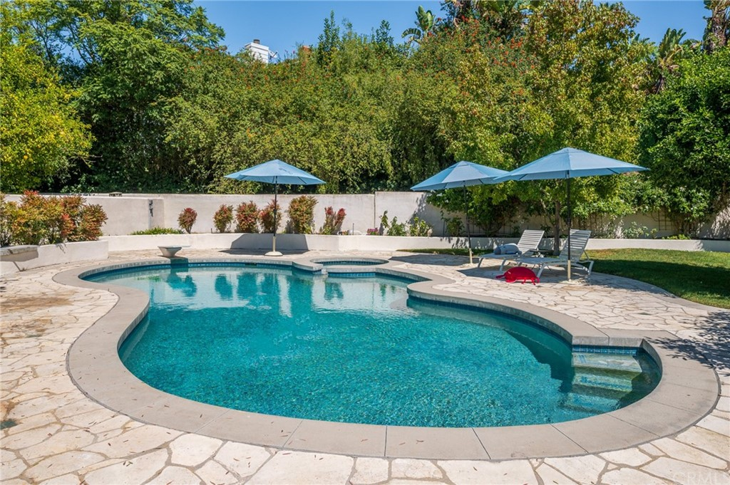 Pending   17 Country Meadow Road Rolling Hills Estates, CA 90274 49