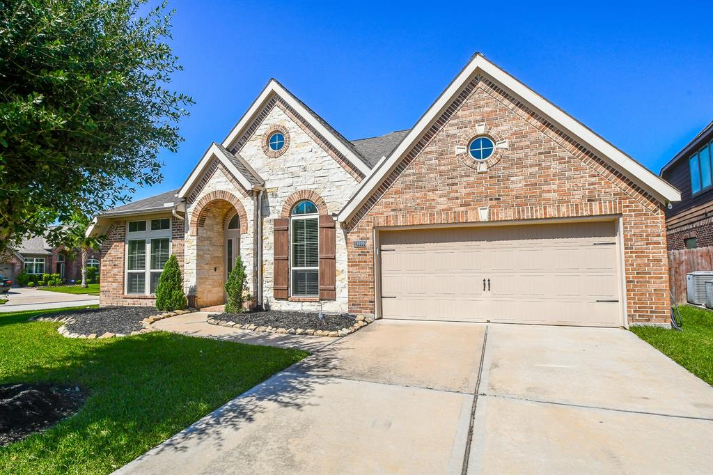 Pending   13905 Lost Creek Drive Pearland, Texas 77584 1