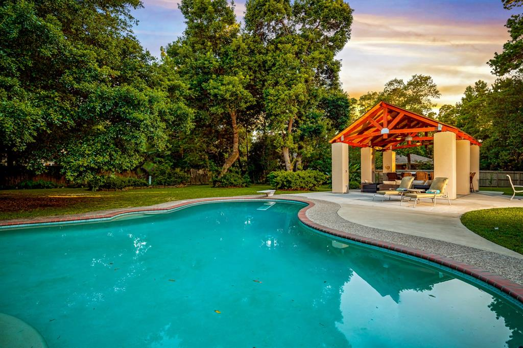 Active | 6 Forest Green Trail Kingwood, Texas 77339 1