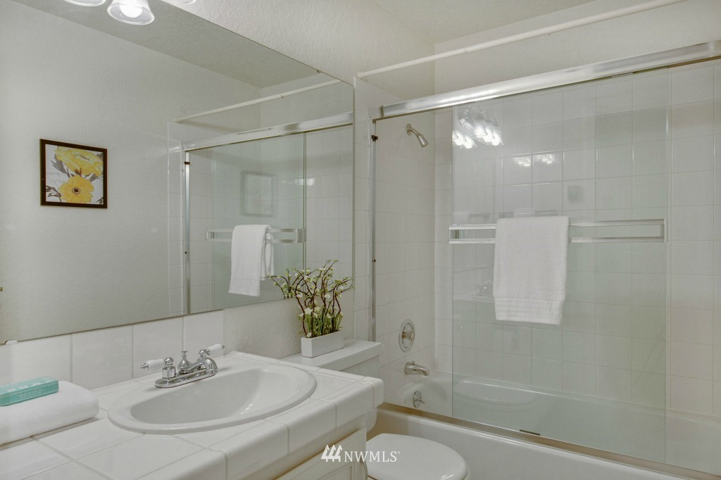 Sold Property | 7501 Greenwood Avenue N #301 Seattle, WA 98103 8