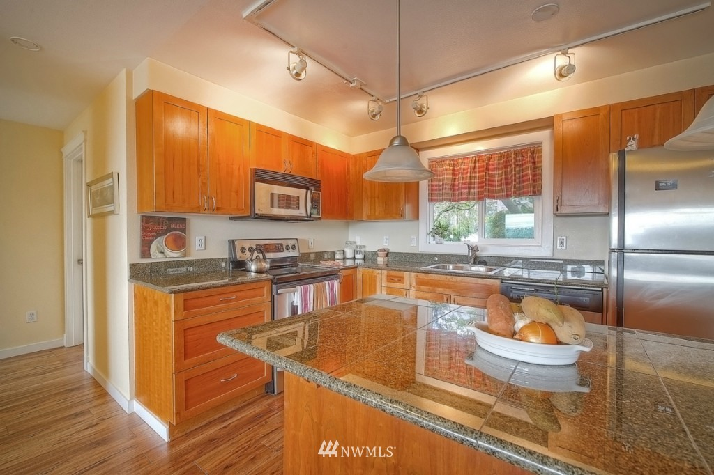 Sold Property | 1818 Bigelow Avenue N #303 Seattle, WA 98109 6