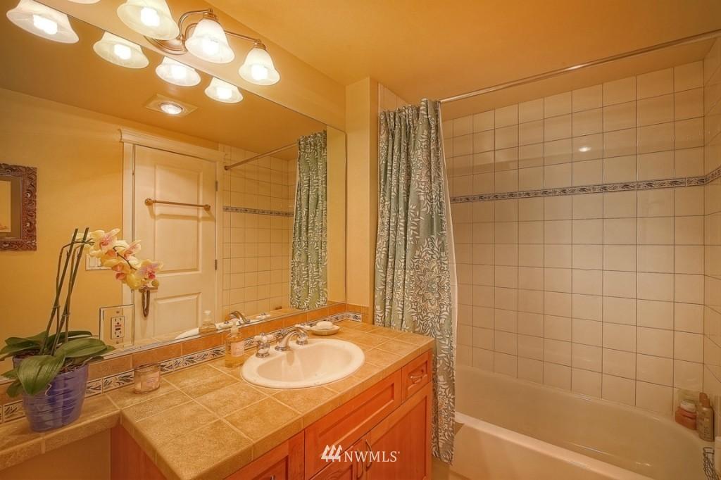 Sold Property | 1818 Bigelow Avenue N #303 Seattle, WA 98109 11