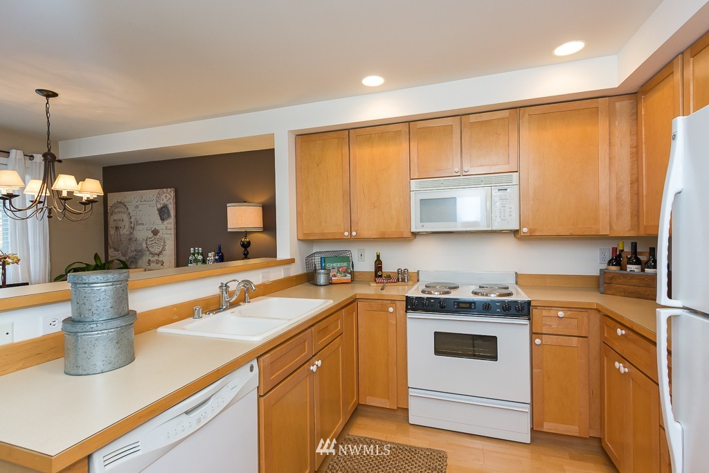Sold Property | 7301 5th Avenue NE #301 Seattle, WA 98115 6